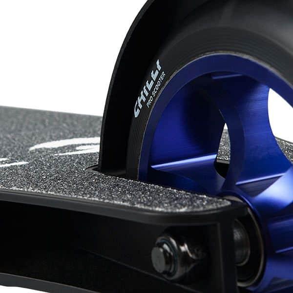 Chilli C7 černo modrá freestyle koloběžka